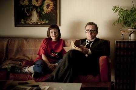Skunk (Eloise Laurence) und ihr Vater (Tim Roth).
