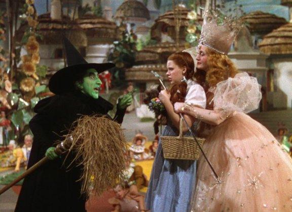 Dorothy gerät zwischen die Fronten (Margaret Hamilton, Judy Garland, Billie Burke, v.l.n.r.)